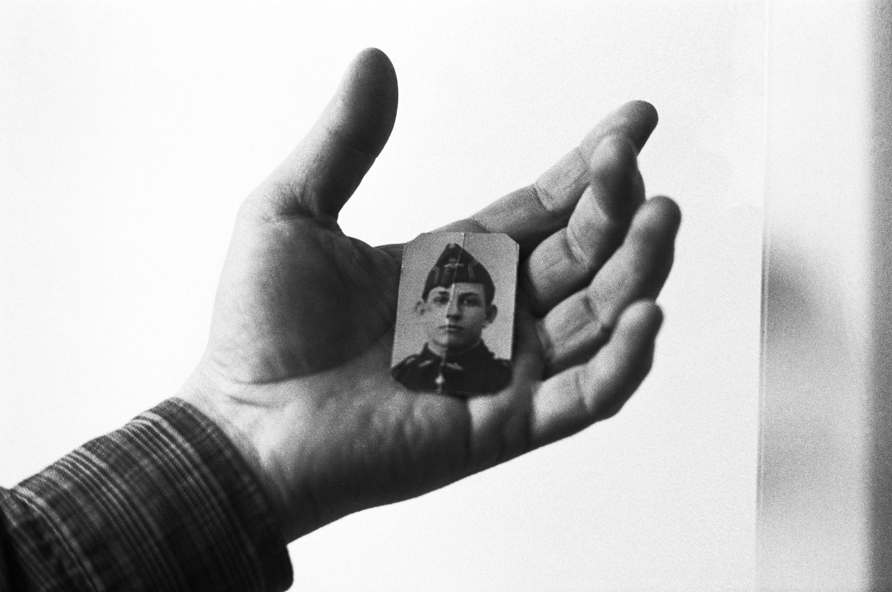 4e86a42c74 Il ritratto di un giovane combattente repubblicano scomparso in una fossa di  Franco, Malaga, 2001